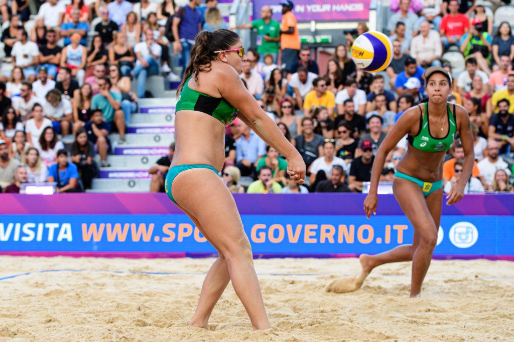 Rebecca faz o passe para Ana Patrícia (GettyImage/FIVB)
